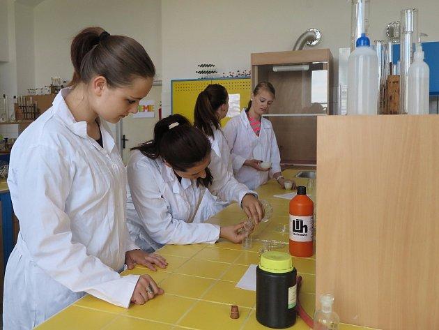 STUDENTI ŠKOLY si ihned mohli vyzkoušet nově vybavenou učebnu chemie.