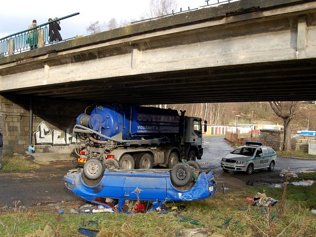 Škoda 120 prorazila zábradlí na mostě a spadla do šestimetrové hlouby na břeh řeky Mže ve Stříbře.