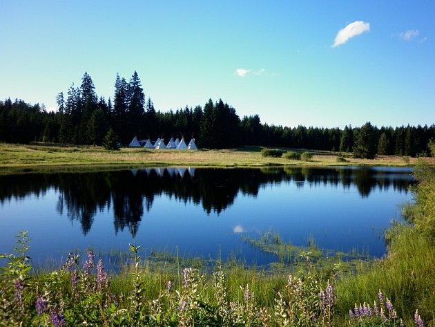 PODOBNĚ JATO TATO TEE-PEE, která se v posledních letech objevují uprostřed krásné přírody v Českém lese, chtějí ta svá vystavět dobrovolníci z několika zemí světa nedaleko Halže.