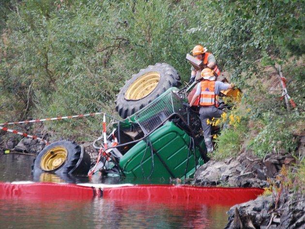 Traktor těsně po vytažení z vody.