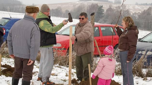 Svůj první strom si přišli zasadit v sobotu také manželé Martin a Petra Friedelovi s dcerkou Julinkou. Při výsadbě jim pomáhal  Václav Smihrodský (uprostřed).