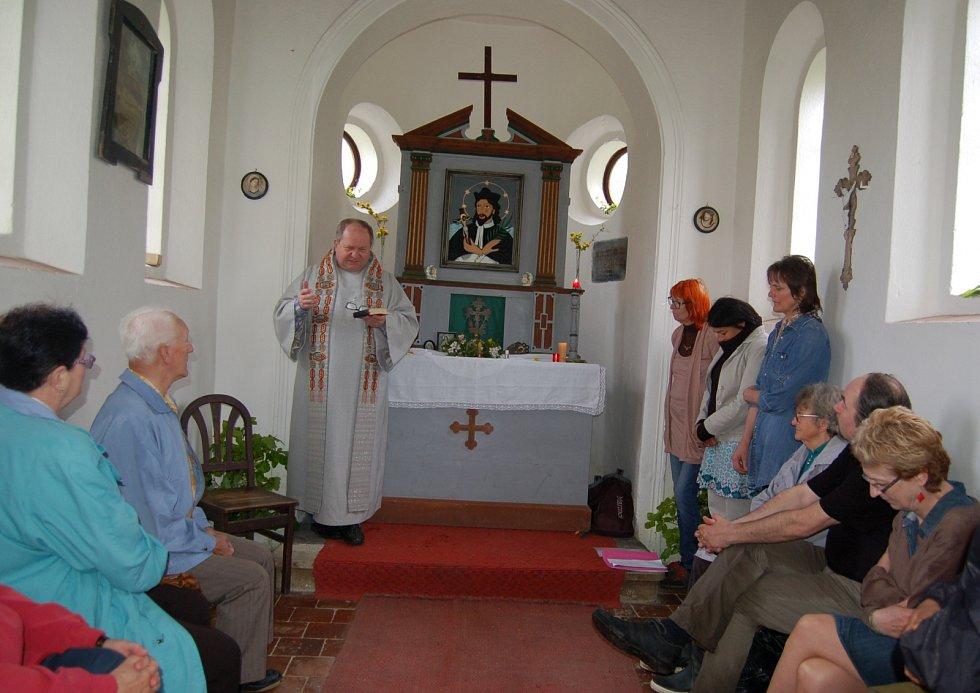Olbramov slavil Pouť sv. Jana z Nepomuku mší v kapličce i kulturním programem na návsi.