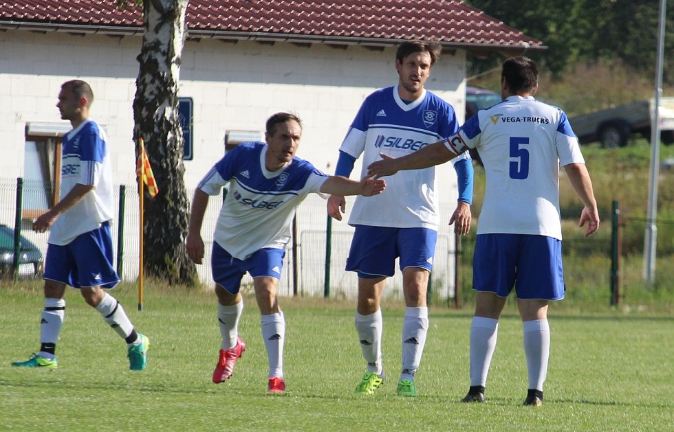 A-mužstvo TJ Hraničář Částkov vede okresní přebor ve fotbale.