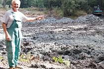 RYBNÍKÁŘ FRANTIŠEK CIBULKA ukazuje na dno Zlatého rybníku v zámeckém parku z Boru, odkud náklaďáky odvážejí tuny nánosů.