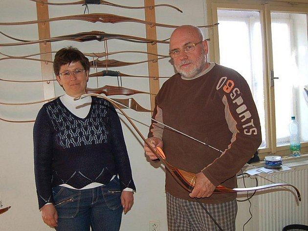 Jana a Jiří Kolihovi s luky, které se vyrábějí v jejich provozovně v Dlouhém Újezdu.