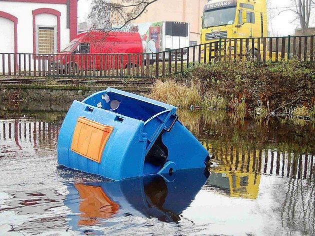 Kontejner skončil po řádění vandalů v řece Mži.
