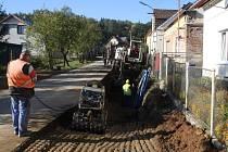 ČÁSTEČNĚ UZAVŘENA je v těchto dnech ulice směrem na Ošelín ve Svojšíně. Buduje se zde hlavní kanalizační řad a současně se pokládá nové vodovodní potrubí.