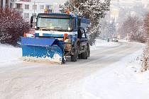 Zmírňovat následky zimy. Takový je úkol silničárů. Na snímku vozidlo zasahující v Tachově.