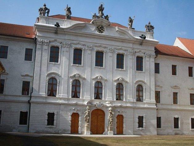 Kladrubský klášter i další památky okresu se těší na letní návštěvníky.