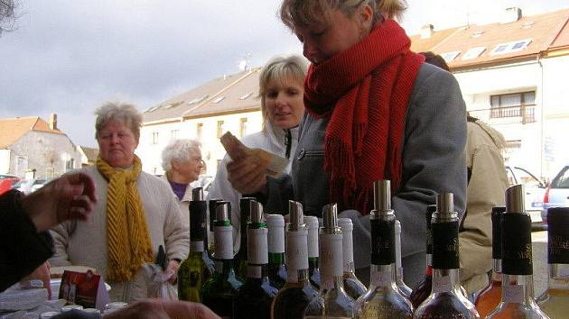 Martinskou husu a mladé víno nabízeli prodejci na Martina na kladrubském náměstí.