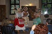Při Barokních slavnostech v Muzeu Českého lesa se mohli zájemci naučit základy tanců z doby baroka.