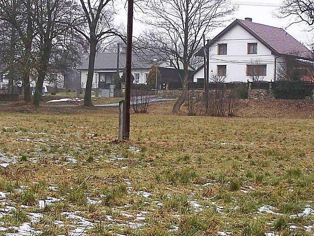 Zatím takto neutěšeně vypadá náves v Pernolci. Podmáčená půda, neurovnaný terén. To by se mělo  brzy změnit.