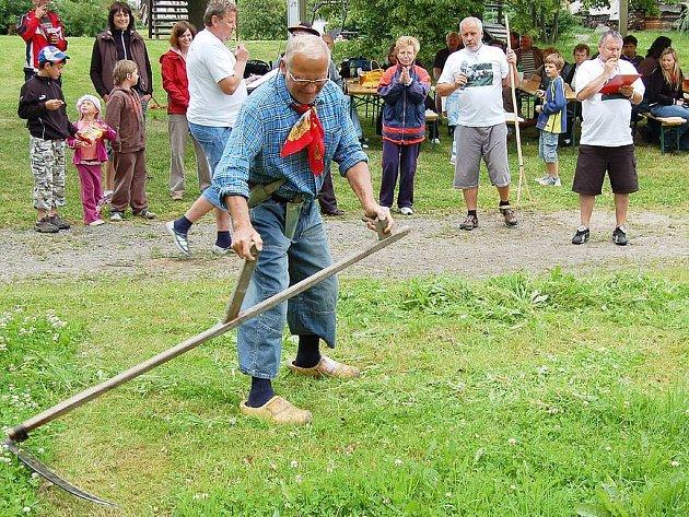 Třetí ročník soutěže v sekání trávy kosou se konal v sobotu ve Vítkově.