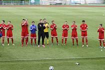 Tachovští fotbalisté po skončení utkání děkují publiku za přízeň.