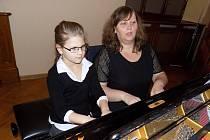 Z těch nejmenších zahrála také na klavír Karla Parikrupová, která je na snímku se svojí učitelkou Hanou Bezděkovou.