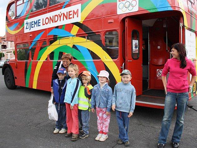 V DOUBLEDECKERU SE JIM LÍBILO. Pravý londýnský patrový autobus si v pondělí na tachovském náměstí prohlédly také děti ze školky ve Slovenské ulici.