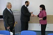 Ředitelka školy v Hošťce Jarmila Muchová přebírá ocenění od Romana Tvrzníka za nasbírané elektrospotřebiče.