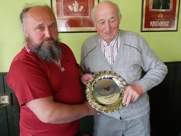 TITUL ZASLOUŽILÝ CHOVATEL TACHOVSKA obdržel za rok 2011 Jan Stach (vpravo), převzal jej z rukou předsedy okresní organizace Ladislava Hybšta.