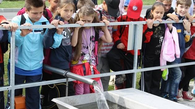 S OPRAVDOVÝM ZAUJETÍM pozorovaly ve čtvrtek dopoledne desítky tachovských školáků, jak je v praxi náročné vyčistit vodu tak, aby mohla být vypuštěna zpět do řeky.