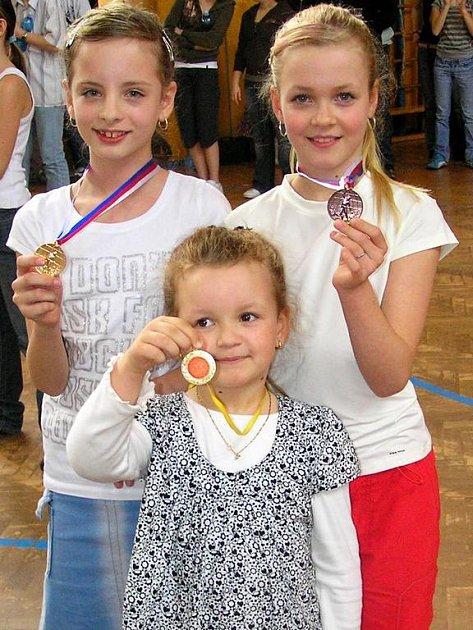 Tachovská děvčata Pavla Fuksová, Nikola Zemková a Denisa Fuksová závodící za klub J. Osztényiové Karlovy Vary slavila triumf. Desetiletá Deniska Fuksová si odvezla bronz a devítiletá Nikola Zemková vybojovala zlato.