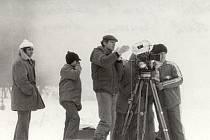 Režisér Jaroslav Soukup (uprostřed u kamery) sleduje natáčení při uměle vytvořené mlze.