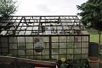 Poničené skleníky v Černošíně. Foto: Martina Sihelská