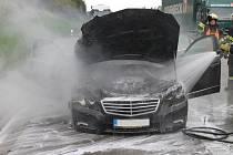 Luxusní mercedes shořel v pondělí na 116. kilometru dálnice D5 nedaleko Benešovic.
