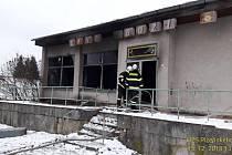 Požár objektu bývalé Jednoty ve Velkých Dvorcích.