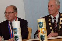 STAROSTOVÉ Miloslav Kunt a Arnold Kimmerl podepsali smlouvu o partnerství a na počest zapálili svíčky přátelství.