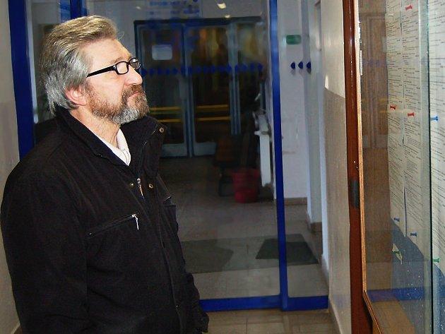 Evžen Nikitin z Plané studuje na Úřadu práce v Tachově nabídku volných míst.