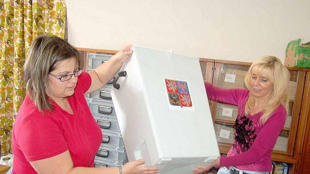 POSLEDNÍ PŘÍPRAVY. Jarmila Šenovská a Katuše Filová (zleva) ukazují připravené volební urny, které se posléze rozvezou do všech volebních místností.