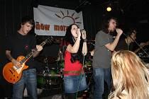 Muzikanti se společně sešli na pódiu při cover verzi Another Brick On The Wall od Pink Floyd