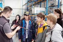 Součástí projektu Aktivní motivace žáků byly také exkurze do firem. Na snímku žáci ZŠ Zárečná v závodě Leki v Tachově.