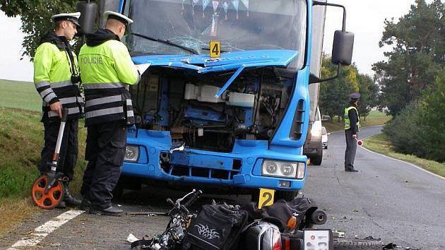 Na silnici mezi Stříbrem a Kladrubami se střetl motocyklista s kamionem. Na místo nehody u Kladrub přiletěla i letecká zdravotní služba.