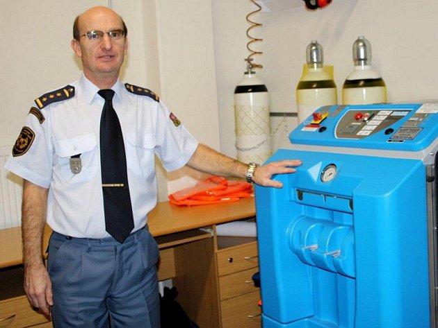 Přemysl Kosina, ředitel tachovského odboru HZS u nového plnícího kompresoru na plnění dýchacích lahví.