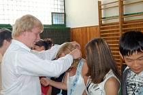 Přimdští deváťáci předali vládu nad školou svým následníkům trůnu. Tato akce má v Přimdě patnáctiletou tradici.