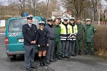SPOLEČNÁ AKCE V BROUMOVĚ. Společně čeští policisté (v modrých a reflexních uniformách) a němečtí policisté (v zelených uniformách) zkontrolovali osmatřicet vozidel.