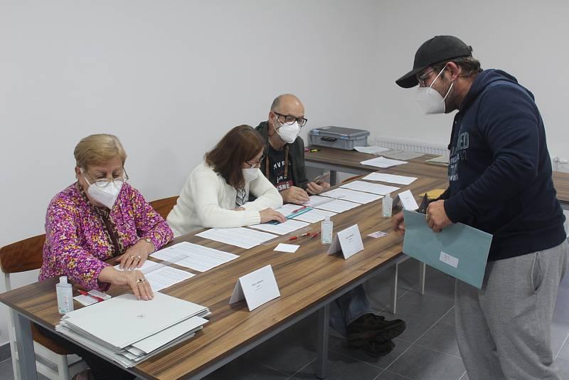 Voliči v Lesné hlasovali v klubovně dobrovolných hasičů.
