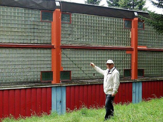 STŘECHA JE DĚRAVÁ. Starosta Přimdy Miloslav Kunt ukazuje problémovou střechu místní tělocvičny.