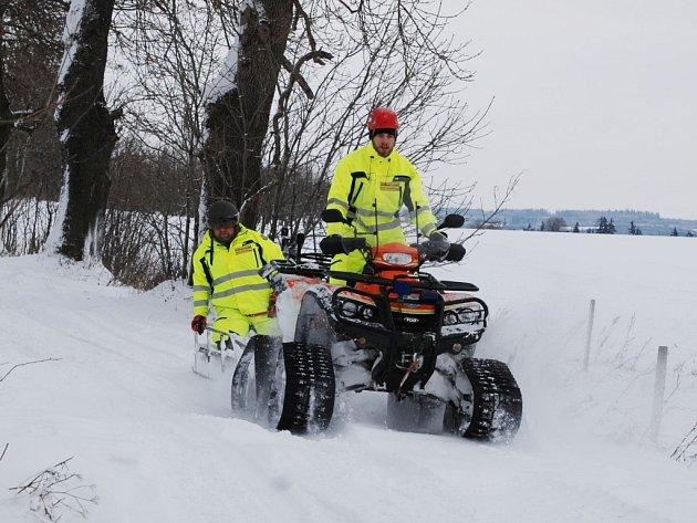Záchranáři z Royal Rangers trénovali zimní výcvik na neudržované silnici mezi vesnicemi Boněnov a Bezvěrov