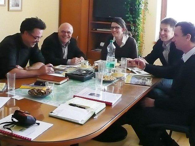 Z jednání na CHKO Český les v Přimdě. Vlevo vedoucí Správy CHKO Jindřich Horáček, vedle něj Hans Eibauer za bavorskou stranu.