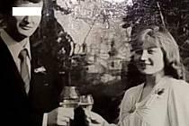 Hledají syna a pomoci by mohla i tato archivní rodinná fotografie. Paní Marie z Kurojed v době, kdy byla vdána za důstojníka armády. Později se rozvedli (Respektujeme přání neuvádět jméno manžela).
