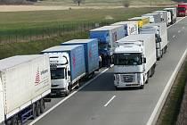 Kolony nákladních vozidel jsou pro řidiče těch osobních trnem v oku.