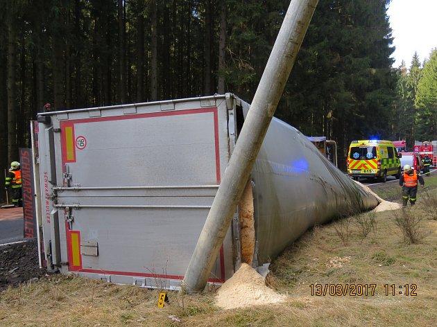 Fotografie převráceného kamionu Broumov