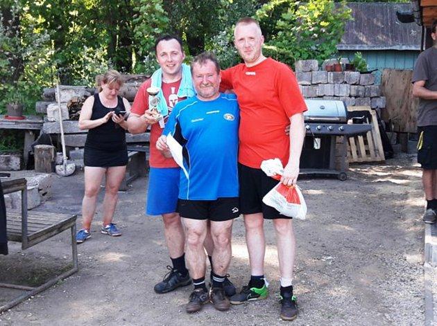 Na fotografii jsou vítězové okresního přeboru Tomáš Mařík a Petr Rohlík, uprostřed hlavní organizátor turnaje  Zdeněk Rolko