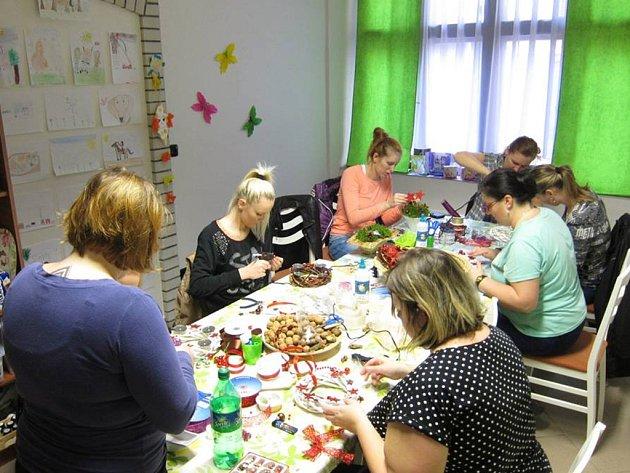Kreativní kurz na téma Vánoce se konal v neděli ve Stříbře.