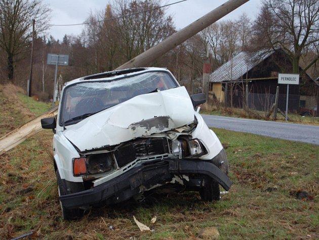 Řidič přerazil sloup telefonního vedení.