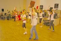 V rámci večerníhio programu vystoupili i dívky z druhého ročníku, které předvedly scénický tanec na písně z filmu Rebelové.