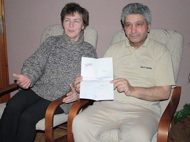 PROPUŠTĚNÍ. Helena Zimáčková a Jaroslav Salay (na snímku ukazuje výpověď) vnímají propuštění ze Solitery jako nespravedlnost a zamýšlejí se nad tím, proč k tomu došlo.