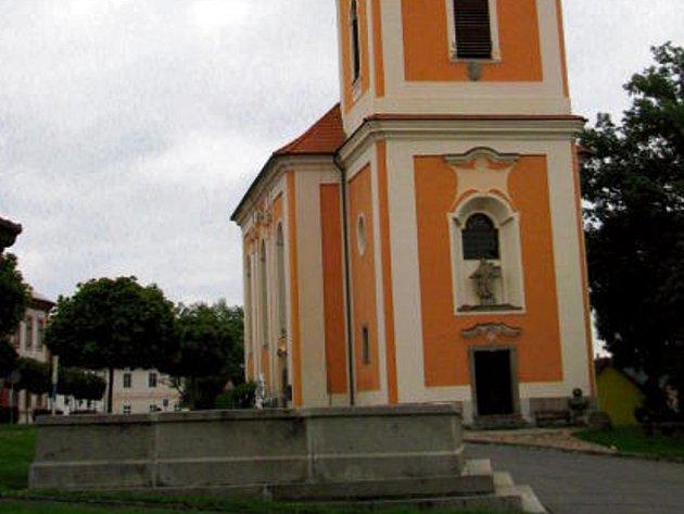 Dominantou města Kladruby je kostel sv. Jakuba na náměstí, kde je také kašna, radnice a vzniká zde muzeum.